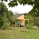 Domek z tarasem - widok z ogrodu