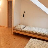 Domek - Sypialnia nr 1 z dwoma łóżkami pojedynczymi. Domek Sady pod Ślężą