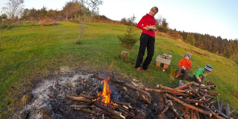 Hektarowa działka, miejsce na ognisko i masa przestrzeni dla gości. Agroturystyka Sady pod Ślężą
